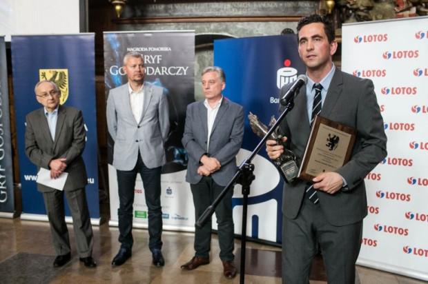 Stanisław Motylski, dyrektor ds. rozwoju Flex odbiera Gryfa Medialnego.