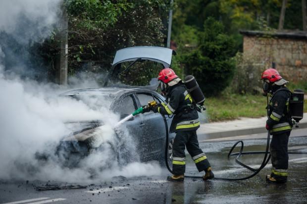 Gdańscy strażacy podczas gaszenia pożaru auta.