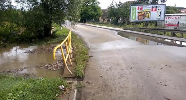 Ulica Niepołomicka bywała w przeszłości zalewana. Na zdjęciu sytuacja z sierpnia 2016 roku. Ten odcinek nie będzie jednak remontowany.