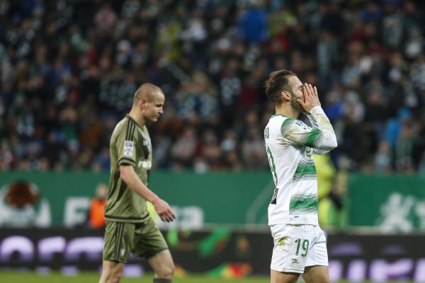 Marco Paixao (nr 19) w drugiej połowie nie wykorzystał okazji, by zapewnić zwycięstwo Lechii, a dorobek bramkowy gospodarzy w meczu z Legią ograniczył się do samobójczego trafienia Adama Hlouska (z lewej).