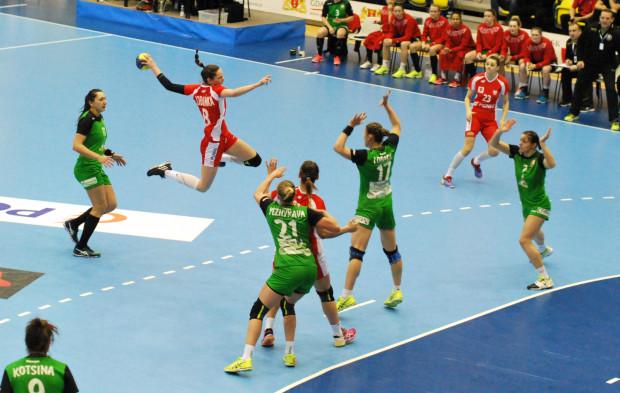 Polskiej reprezentacji grę przeciwko Białorusi utrudniły kontuzje Moniki Kobylińskiej (z piłką) oraz Marty Gęgi (nr 23).