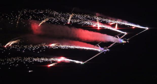 Kulminacją sierpniowych pokazów lotniczych w Gdyni będą nocne akrobacje lotnicze z pirotechniką. Na zdjęciu popisy grupy AeroSparx.