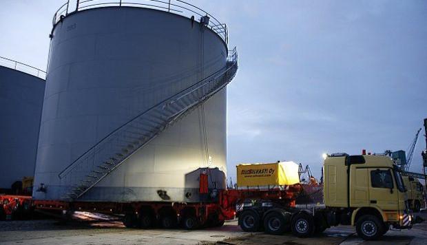 Trzy ogromne stalowe zbiorniki zostały przeładowane na Nabrzeżu Przemysłowym gdańskiego portu.