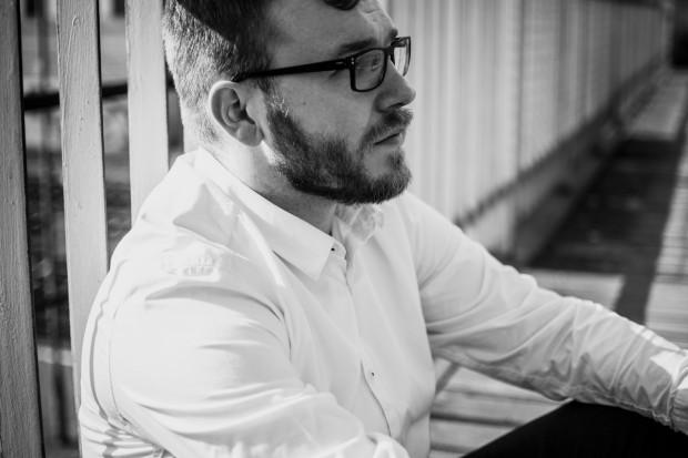 Krzysztof Majda to wokalista i kompozytor, absolwent wokalistyki jazzowej na Akademii Muzycznej im. Stanisława Moniuszki w Gdańsku w klasie Krystyny Stańko.