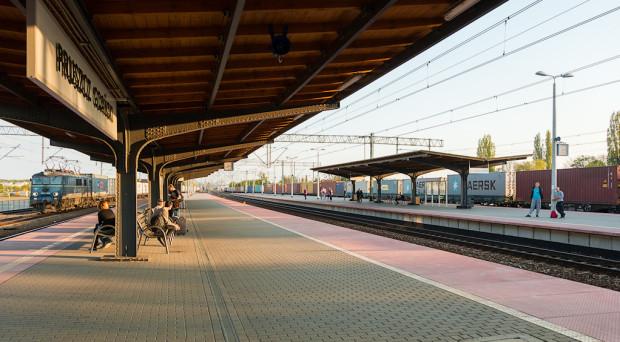 Perony stacji w Pruszczu Gdańskim. Obecnie nie zatrzymuje się tutaj żaden pociąg SKM.