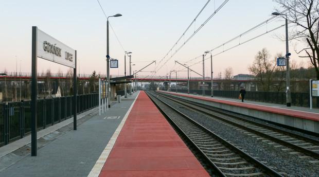 Istniejący przystanek Gdańsk Lipce. W tle widoczna estakada Południowej Obwodnicy Gdańska.