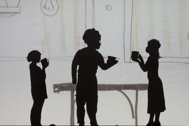 Spektakl Teatru Miniatura łączy animacje z teatrem cieni, odgrywanym na żywo przez aktorów podczas przedstawienia. Na zdjęciu od lewej Kasieńka (Edyta Janusz-Ehrlich), Kanoro (Jacek Majok) i Mama Kasieńki (Agnieszka Grzegorzewska).