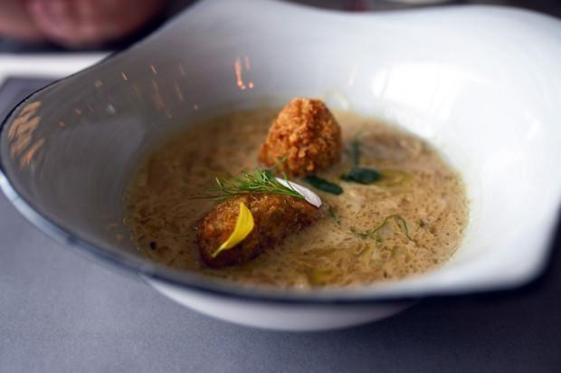 Zupa cebulowa z krokietami ziemniaczanymi (karta główna).