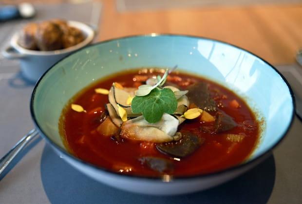 Żołądki z gęsi confit z włoszczyzną, ziemniakiem, pomidorem i kolendrą.