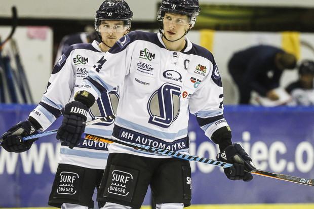 Adam Skutchan (z lewej) i Jan Steber (z prawej) to najwyżej oceniani przez naszych czytelników hokeiści z tych, którzy rozegrali w Gdańsku cały sezon.