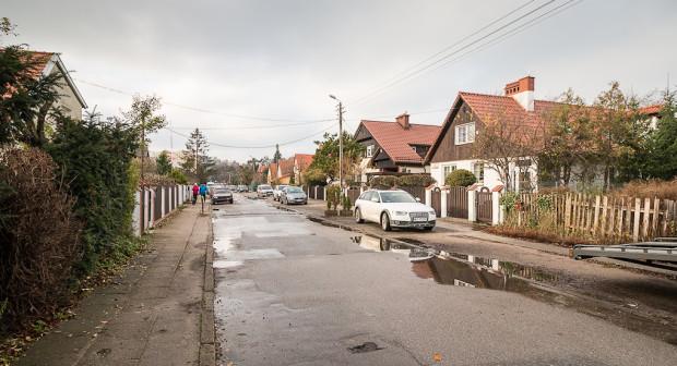 Ulica Pstrowskiego. Za domami po prawej będzie mogła powstać nowa zabudowa, oddzielona od istniejącej szpalerem drzew.