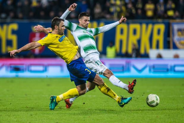 Jesienią 2016 roku po przerwach w rozgrywkach ligowych Lechia Gdańsk zawsze zwyciężała, a Arce Gdynia ani razu nie udało się wygrać. W derbach był remis 1:1. Na zdjęciu z tego meczu Krzysztof Sobieraj (nr 3) i Grzegorz Kuświk (11).