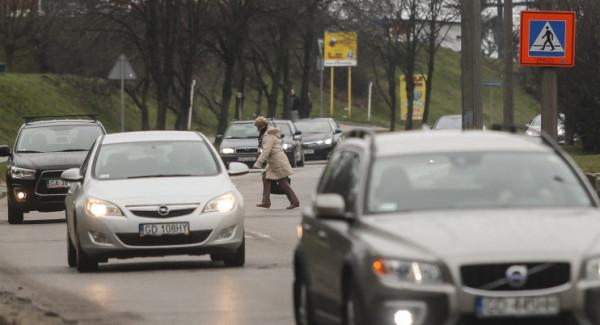 Piesi na ruchliwej ulicy Kwiatkowskiego muszą lawirować pomiędzy samochodami.