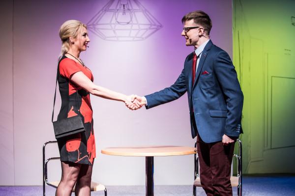 Spektakl składa się z szeregu krótkich scenek. W jednej z nich Tomek (Jakub Badurka) umawia się z Krysią (Katarzyna Wojasińska) na rozmowę, by wyjaśnić to, co zdarzyło się poprzedniej nocy.