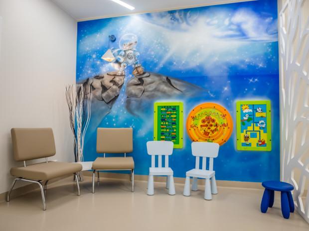 W Centrum Medyczno-Stomatologicznym IMED na dzieci czeka kolorowy gabinet, w którym sprzęt stomatologiczny umieszczony jest wśród postaci ze znanych bajek.