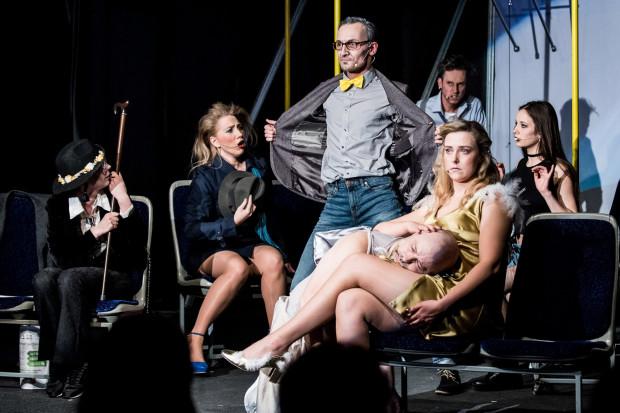 Wszystko dzieje się w zaaranżowanej na trolejbus przestrzeni, gdzie każdy z ósemki aktorów (sześciu pasażerów i dwa anioły) wykonuje jakąś piosenkę z repertuaru Wojciecha Młynarskiego.