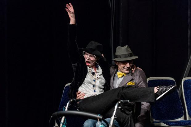 Furorę w spektaklu robią Staruszkowie (na zdjęciu), grani przez Agnieszkę Tylutki i Mateusza Deskiewicza.