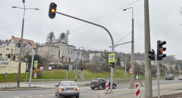 Ostatnimi poważnymi inwestycjami w infrastrukturę drogową w dzielnicy był montaż sygnalizacji świetlnej na skrzyżowaniach Racławickiej i Łowickiej z Wielkopolską.