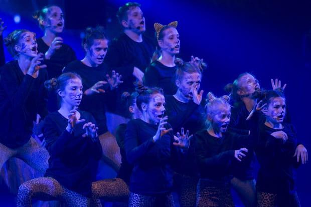 """Jednym z najciekawszych tanecznie i wokalnie utworów zbiorowych jest """"Dachowy song"""" z musicalu """"Cats""""."""