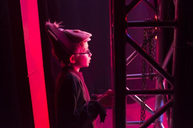 Najmłodsi wykonawcy chętnie podglądają starszych kolegów i koleżanki na scenie. Na zdjęciu 7-letni Adaś Kordowski.