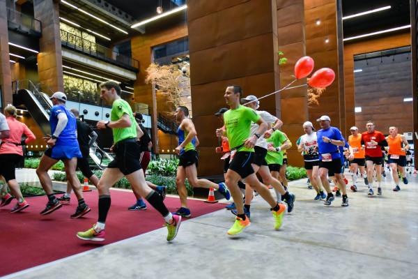 Uczestnicy 3. Gdańsk Maratonu przebiegają przez wnętrza Europejskiego Centrum Solidarności.