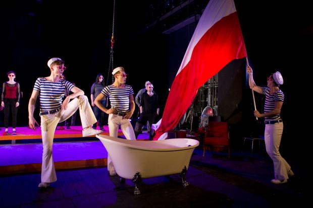 Błazeńskimi, momentami upiornymi mistrzami ceremonii są tutaj Marynarze: Piotr Biedroń (po lewej), Marcin Miodek (w środku) i Jakub Mróz (z flagą), zdecydowanie najciekawsi bohaterowie spektaklu.