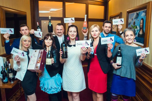 Fundacja OmeaLife z winami przeznaczonymi na licytację.