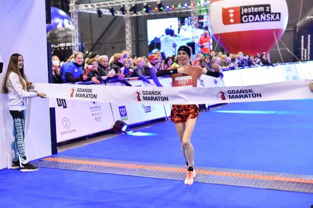 Katarzyna Pobłocka, najszybsza wśród kobiet, przekracza linię mety.