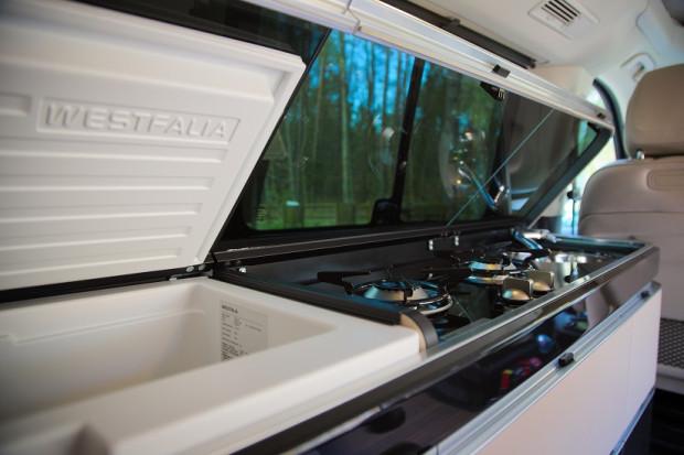 Marko Polo posiada kącik kuchenny z kuchenką gazową, zlewozmywakiem i lodówką.