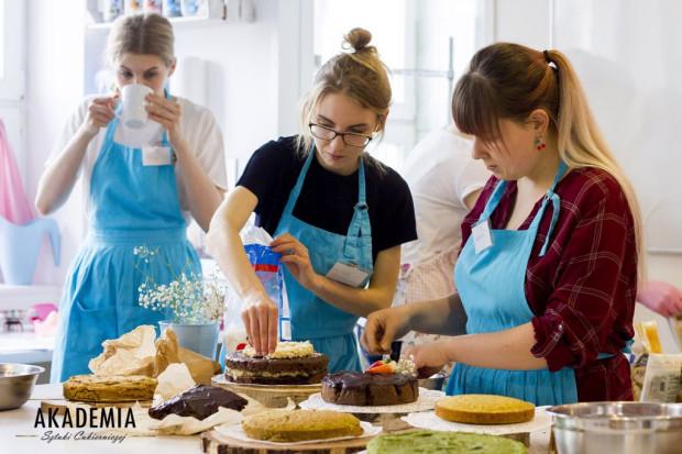 Akademia Sztuki Cukierniczej specjalizuje się w zajęciach z przygotowywania słodkich wypieków. Zajęcia prowadzą profesjonalni cukiernicy.