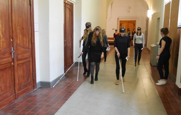 Żeby lepiej zrozumieć potrzeby seniorów i niepełnosprawnych, studenci spacerowali z zasłoniętymi oczami, jeździli na wózkach i chodzili o lasce.