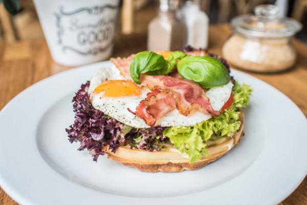 Gofry na wytrawnie to jedna ze śniadaniowych wizytówek w bistro Marmolada Chleb i Kawa. Na zdjęcie wersja z bekonem, jajkiem, pomidorem i sałatą.