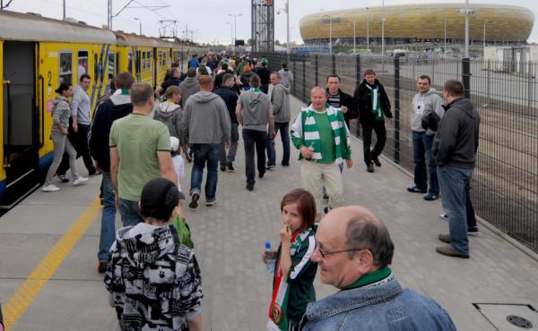Podstawowym środkiem transportu przed i po meczach na Stadionie Energa Gdańsk są kolejki SKM. Rozwiązanie się sprawdza, a policja - odwrotnie niż w przypadku tramwajów - nie ma obaw związanych z bezpieczeństwem kibiców.