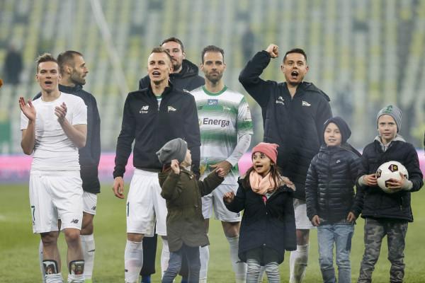 Zwycięstwem w derbach piłkarzem Lechii przedłużyli swoje szansę na walkę o 1. miejsce w sezonie zasadniczym do ostatniej kolejki. W środku strzelec pierwszego gola w derbach Marco Paixao.