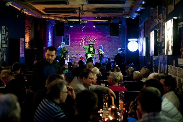 """Koncerty w popularnym """"Blusie"""" odbywają się w każdy czwartek i niedzielę. W ciągu piętnastu lat przez scenę gdyńskiego klubu przewinęły się setki zespołów z ponad trzydziestu krajów."""