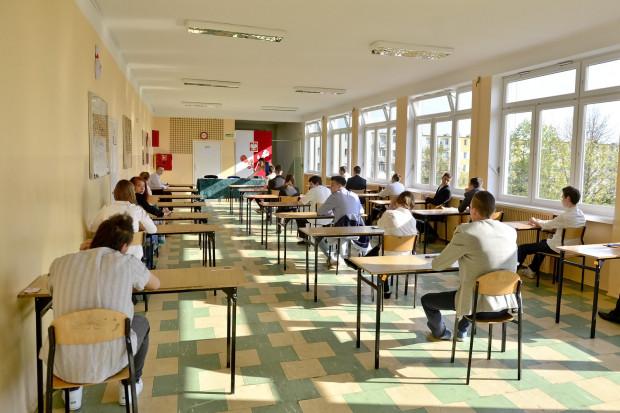 Zadania egzaminacyjne mają sprawdzić wiedzę i umiejętności uczniów zdobyte przez nich w czasie trzech lat nauki.