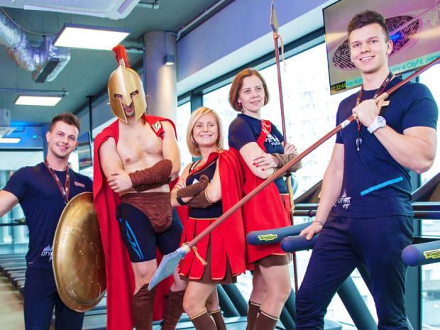 Spartanie to charytatywni biegacze, którzy od kilku lat biorą udział w największych imprezach biegowych w Polsce, zbierając w ich trakcie pieniądze dla swoich podopiecznych. W piątek i sobotę zapraszają  w tym celu do CityFit w Gdańsku.