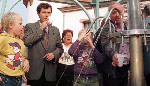 Jacek Karnowski jest prezydentem miasta od 19 lat, najdłużej w jego historii. Nz. na otwarciu źródełka z wodą solankową w 1998 r., czyli w roku objęcia stanowiska.