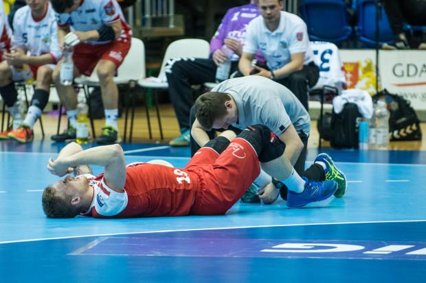 Piłkarze ręczni nie tylko przegrali pierwszy ćwierćfinał play-off, ale na skutek kontuzji stracili dwóch zawodników. Na zdjęciu Łukasz Rogulski.