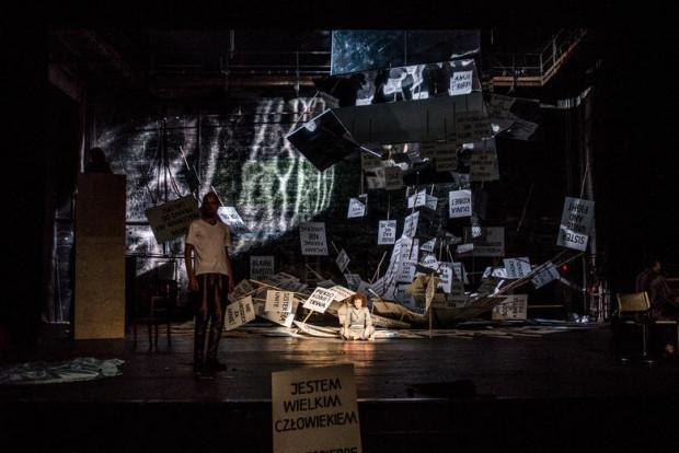 """Polityczny spektakl """"Żony stany, dziwki rewolucji, a może i uczone białogłowy"""" z Teatru Polskiego w Bydgoszczy kończy się manifestacją widzów i aktorów poza budynkiem teatru. Spektakl zobaczyć będzie można w piątek 26 maja."""