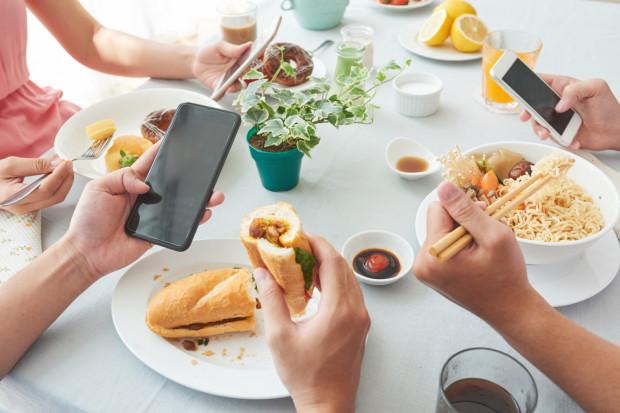 Coraz częściej czekając na kelnera, który przyniesie obiad, wlepiamy oczy w telefon. Towarzystwo przyjaciół nam wcale w tym nie przeszkadza. Zresztą oni też patrzą się w swoje ekraniki.