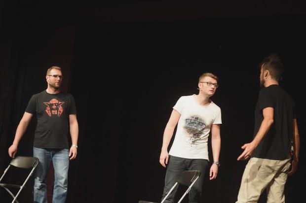 W Trzech Osobach, czyli twarzach trójmiejskiego impro i stand-upu (od lewej: Wojciech Tremiszewski, Kacper Ruciński i Kuba Śliwiński) zagrali m.in. chłopaków z podwórka, co mają pretensje do kolegi za to, że o wszystko się pyta.