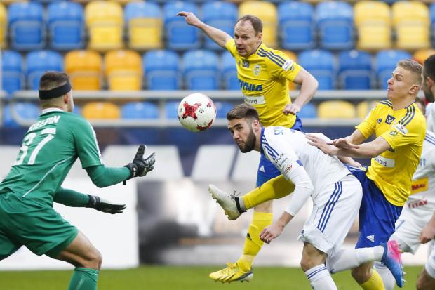 Rafał Siemaszko (w środku) strzelił gola dla Arki Gdynia, ale nie wystarczył on do pierwszego od 24 lutego zwycięstwa w ekstraklasie.