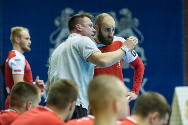Nękane kontuzjami Wybrzeże znakomicie zaczęło mecz w Puławach. Niestety, Pawłowi Niewrzawie (z prawej) i jego kolegom nie starczyło sił, aby awansować do półfinały.