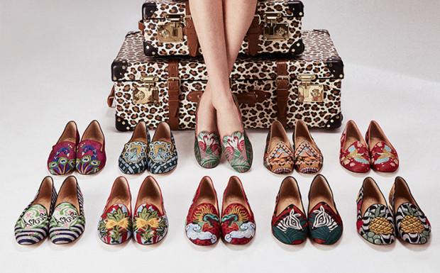 Skromność i neutralność musi poczekać za progiem, bo tej wiosny będziemy się wyróżniać feerią barw i mnogością wzorów. Na butach dzieje się wiele, ale w tym sezonie rządzą hafty np. jak w kolekcji Charlotte Olympia.