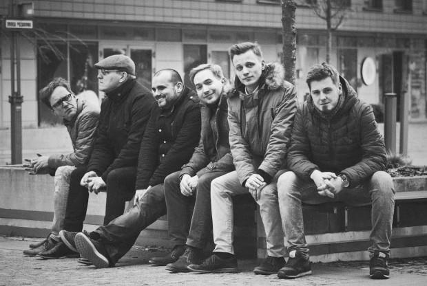 Fractus Sextet tworzą: Tomasz Jocz (fortepian), Andrzej Kacprzak (skrzypce), Grzegorz Lewandowski (perkusja), Beniamin Baczewski (gitara basowa), Dawid Głowacki (klarnet, saksofon tenorowy), Karol Sokołowski (wiolonczela).