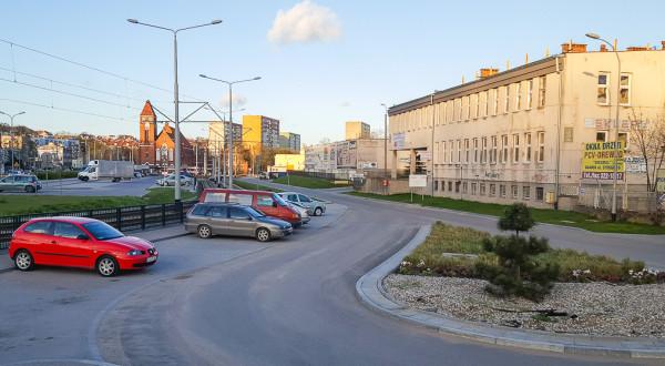 Nowa zabudowa zostaje dopuszczona po południowej stronie węzła przesiadkowego na Siedlcach (nz. po prawej). Pod węzłem może natomiast powstać podziemny zbiornik retencyjny.