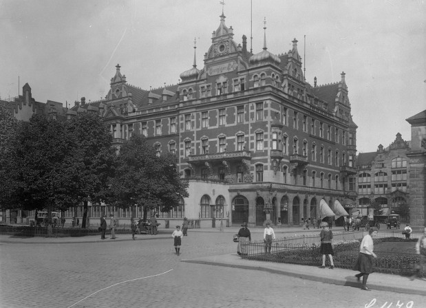 Gdyby doszło do odbudowy hotelu Danziger Hof, to przy Bramie Wyżynnej stanąłby budynek podobny do gmachu Narodowego Banku Polskiego z bogato zdobioną detalami elewacją. Na zdjęciu Danziger Hof z lat 20.-30. XX w.
