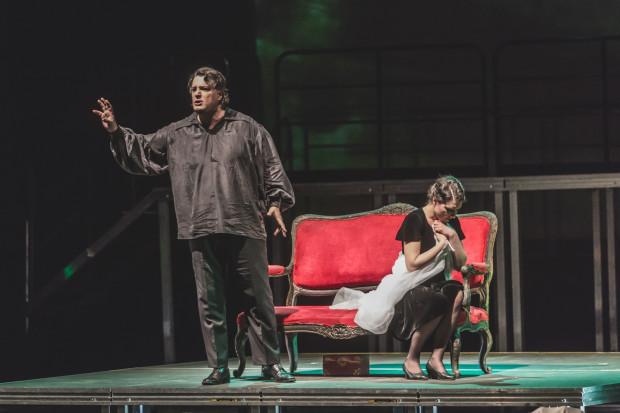 """Zdecydowanie najjaśniejszymi punktami inscenizacji """"Rigoletto. Semi-stage"""" w reżyserii Tomasza Podsiadłego są kreacje Rigoletta (Andrij Shkurhan) i Gildy (Ewelina Szybilska)."""