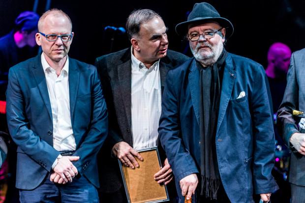 """Krzysztof Babicki (w środku) ma wyjątkowo pracowity maj. 6 maja premierę będzie miał """"Kursk"""" w jego reżyserii na podstawie tekstu Pawła Huelle (po prawej), zaś 25 maja reżyseruje w Operze Bałtyckiej operę Verdiego """"Nabucco""""."""